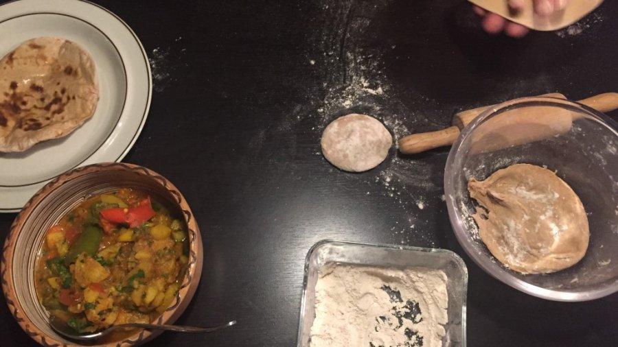 Kartoffel-Paprika-Curry (Aloo Shimla Mirch Curry) und Chapati (Roti)